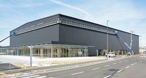 八戸駅西地区で今春オープンに向け建設が進む「フラットアリーナ」