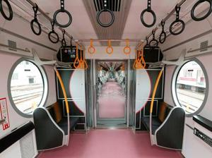 公開された丸ノ内線新型車両の丸い形をした窓=11日午前、東京都中野区