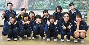 作品と共に記念写真に納まる青森中央高総合学科美術系列の3年生