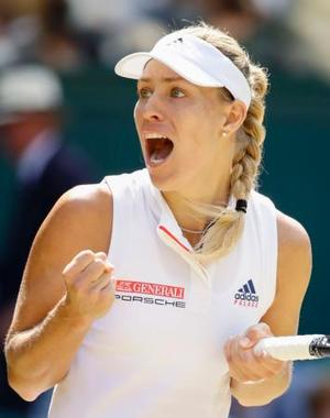 女子シングルス準決勝で勝利、ガッツポーズするアンゲリク・ケルバー=ウィンブルドン(共同)