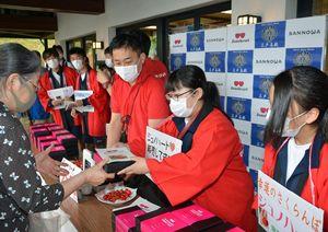 道の駅でジュノハートを販売する三戸高校の生徒ら