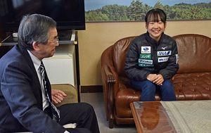 世界選手権出場の抱負を語る横濱(右)。左は中谷町長