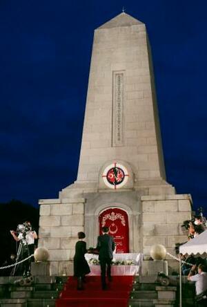 ライトアップされたトルコ軍艦「エルトゥールル号」の遭難慰霊碑前で開かれた追悼式=16日夕、和歌山県串本町