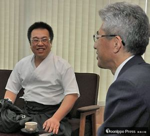 桜田市長(右手前)に優勝を報告する高橋