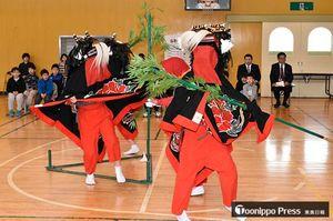 舞い納めの獅子舞を披露する富士見小学校の6年生