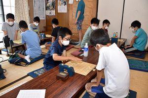 「夏休み少年少女将棋大会」で熱戦を展開する子どもたち