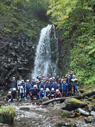 蓬田小4年生、村の黒滝訪れ大自然満喫