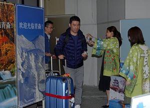 青森空港に到着後、歓迎を受ける台湾からの乗客