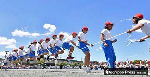 青空の下、運動会で大縄跳びに挑戦する児童たち=26日午前、青森市の筒井南小学校