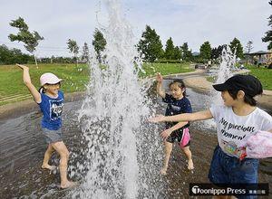 今年初めて真夏日となった青森市。水場の噴水ではしゃぐ子どもたち=23日午後、大矢沢のわくわく広場