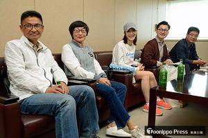 アップルマラソンへの思いを語る招待選手(左側3人)と漢拏日報記者ら