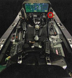 F35Aの操縦席。ディスプレー右側の丸で囲ったボタンが緊急回復装置。操縦士が空間識失調に陥るなど緊急時に使うが、自衛隊機には装備されていない(ロッキード・マーチン社資料)