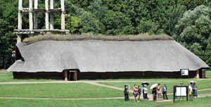 休館を控えた青森市の三内丸山遺跡センターを訪れ、遺跡を見学する来場者=28日