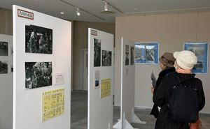 会場には、戦争の記憶が残る昭和28、29年ごろの青森市の写真が並ぶ