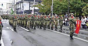 行進を披露する陸上自衛隊弘前駐屯地の隊員たち