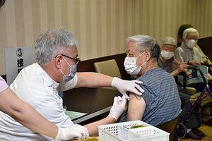 「ケアハウスみちのくグリーンリブ」で、新型コロナのワクチン接種を受ける男性=12日午前10時すぎ、むつ市十二林
