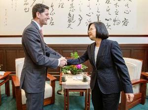 米国のライアン前下院議長(左)と握手する台湾の蔡英文総統=15日、台北市内の総統府(総統府提供・共同)