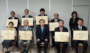 三村知事(前列中央)から表彰状を受け取った各団体の代表者たち