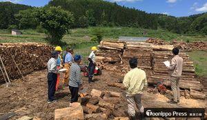 官民が出資した会社による薪の製造(西目屋村提供)
