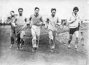 1928年、五輪会場で織田幹雄(左から3人目)や人見絹枝(右)と共に練習する井沼清七(左から2人目)=中泊町博物館提供