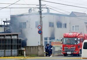 2人が死亡した青森市浦町奥野の住宅火災現場=18日午後0時54分
