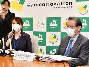記者会見する有賀部長(手前左)と大西医師(右)