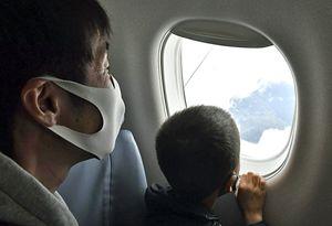 青森空港発着の遊覧飛行で機上から景色を楽しむ親子