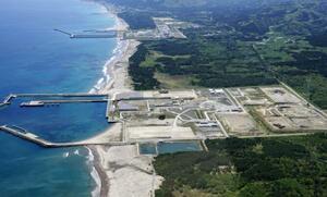建設工事が中断している東京電力東通原発。上は東北電力東通原発=2020年5月、青森県東通村