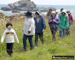 青い海が広がる「みちのく潮風トレイル」を散策する参加者