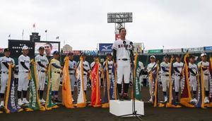 第91回選抜高校野球大会の開会式リハーサルで、選手宣誓の予行演習をする広陵の秋山功太郎主将=22日午前、甲子園球場