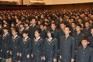 学園歌「意気と熱に」を歌う青森山田学園の生徒・学生たち