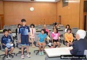小山田市長(手前右)に全国大会での意気込みを語る児童