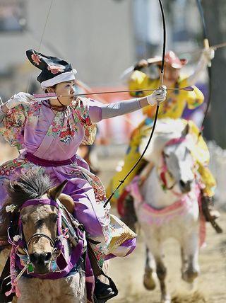 桜の下で女流騎手が流鏑馬大会 十和田市