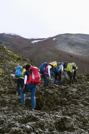富士山の山開きを前に、山梨県側から山頂を目指す人たち=6月30日