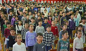 閉校記念式典で校歌を斉唱する中郷小の児童たち