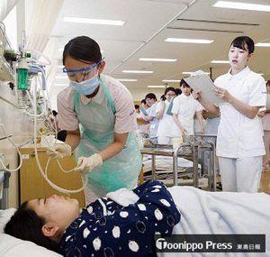 学内で基礎看護技術の演習をする看護学科の学生たち=2017年7月(保健大提供)