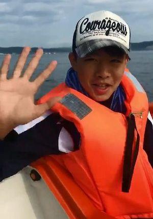 遭難事故前、ボート上で手を振る樋渡翔成君=14日(母美樹さん提供の動画から)