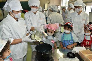 五農生と園児が「宇宙毛豆」使って豆腐作り