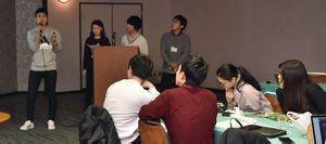 高レベル放射性廃棄物の最終処分地受け入れに関する政策を提案する学生たち=13日、八戸市