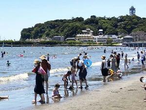 7月の4連休に海水浴を楽しむ人たち=神奈川県藤沢市