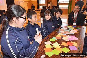 地域の大人たちを交えた話し合いで、思いやりの心などを学んだ集会