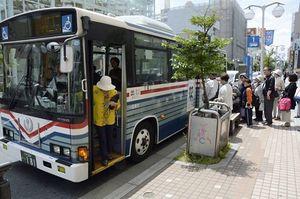 八戸市内を運行する路線バス。10月から運賃が20円値上げとなる