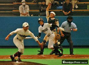 弘高ナインが歓迎に応えて熱い戦いを見せた大館鳳鳴高の創立120周年記念招待試合