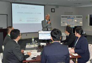 受講生に中小企業の知財経営支援の必要性を語る小野所長(中央奥)