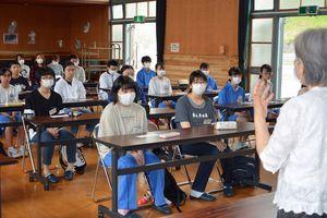 開塾式で大庭会長(右)のあいさつを聞く児童生徒