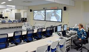 完成したオフサイトセンター内の首相官邸や原子力規制庁などとテレビ会議をするフロア=24日、宮城県女川町