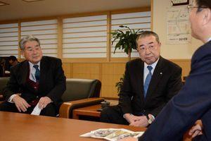三村知事(右)に賠償合意を報告する蛯名町長(中)と濱田組合長