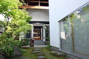 ギャラリーの隣に建つ米蔵を活用した「Cafe Yunagura」