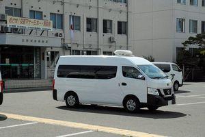 殺人未遂容疑で逮捕された少年を乗せ、青森地検弘前支部に向かう車両=16日午後0時10分ごろ、五所川原署(画像の一部を修正しています)