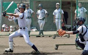 現地入り後初の実戦形式の練習で鋭い打球を放つ八学光星の武岡(左)=3日午後、奈良県香芝市の大阪商業大・関屋グラウンド